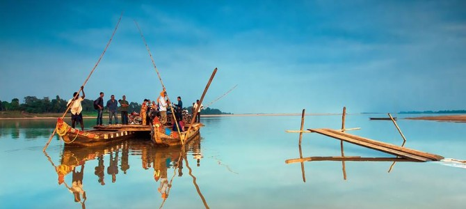 Commuters on Brahmani river in Odisha – an awesome photograph by Shakti Nanda