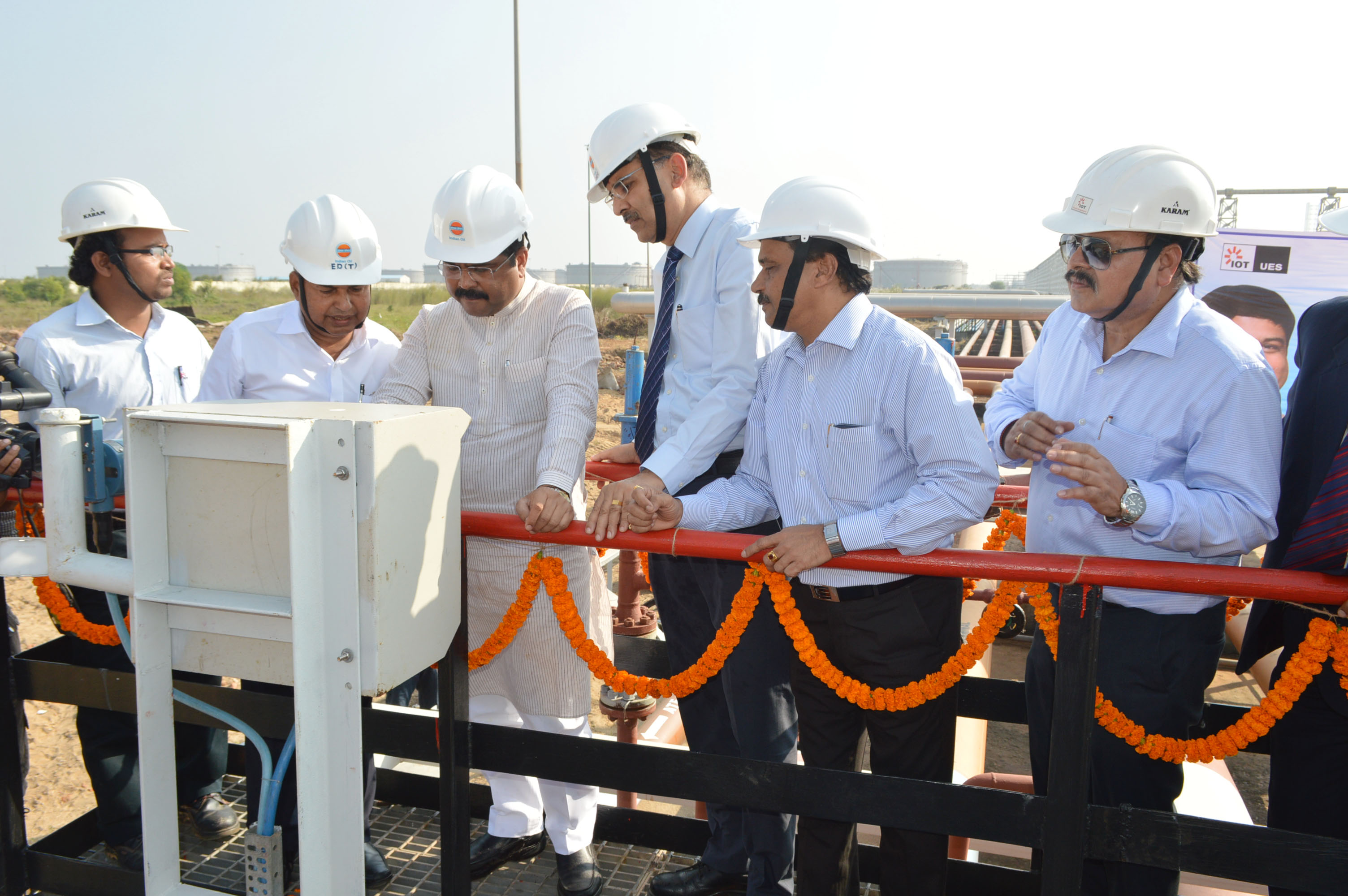 Hon'ble MoS(IC), P&NG Switching on the product transfer facility (2)