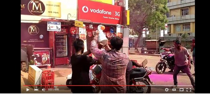 Watch this hillarious Holi Prank Video in the streets of Bhubaneswar by Freakerz
