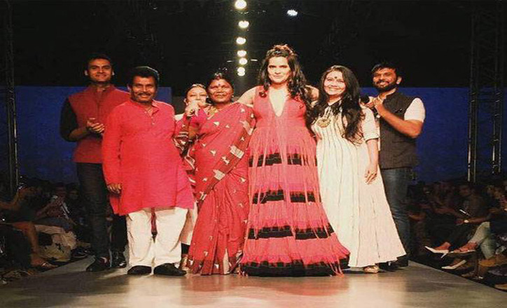 sona-mohapatra-adds-drama-on-the-amazon-india-fashion-week-runway-870890