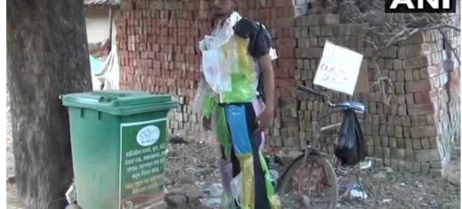 #Inspiring Chalta firta dustbin : Bishnu Bhagat of Mayurbhanj dresses himself in polethene bags to create awareness among children