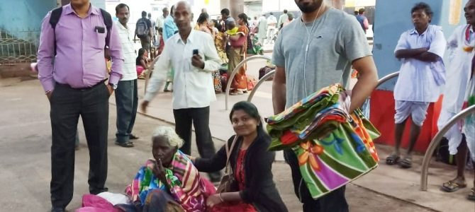 Inspiring : Aaradhya Charitable Trust distributes Blankets to Homeless people staying at road side this winter